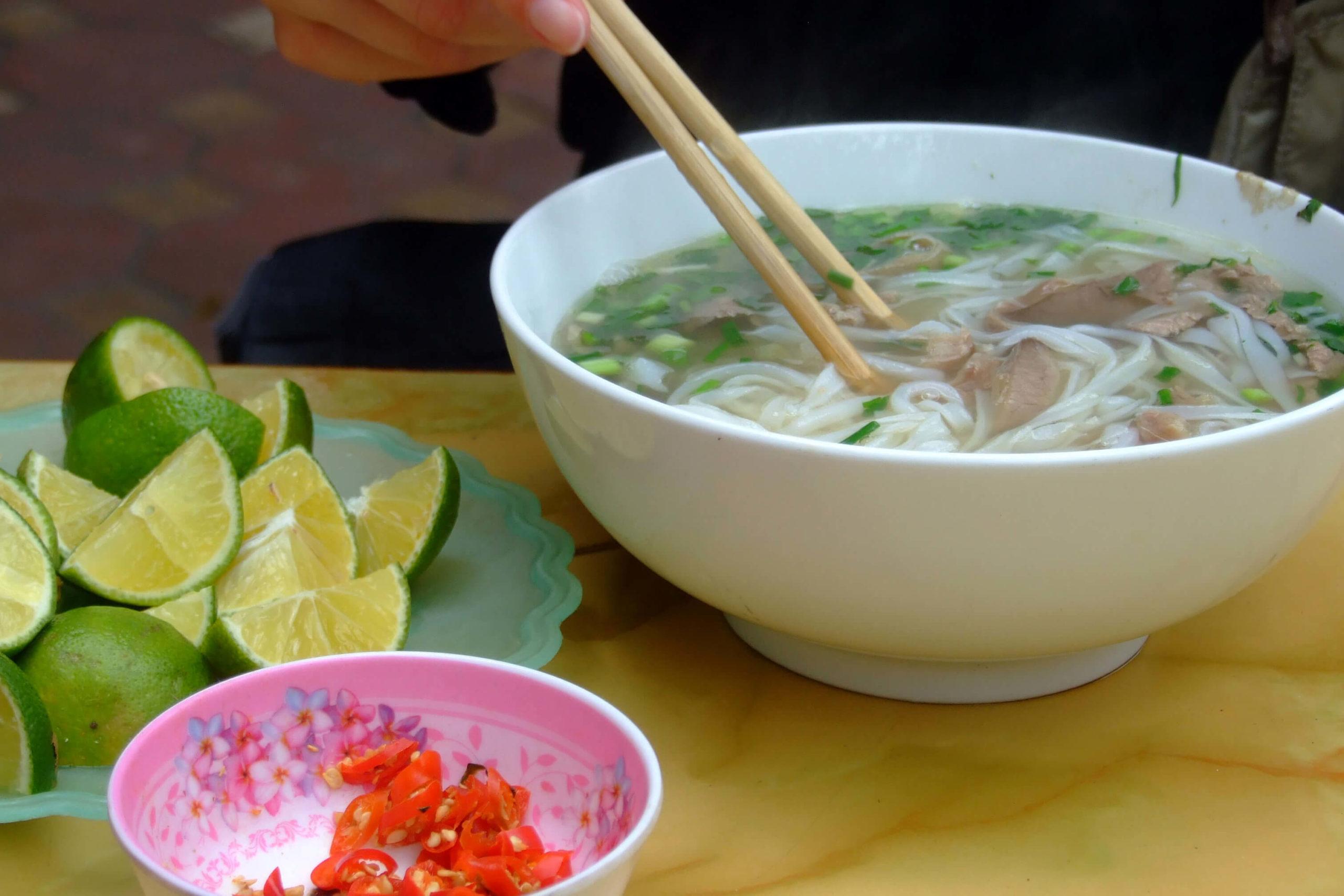 Comment manger la soupe Pho de la bonne façon