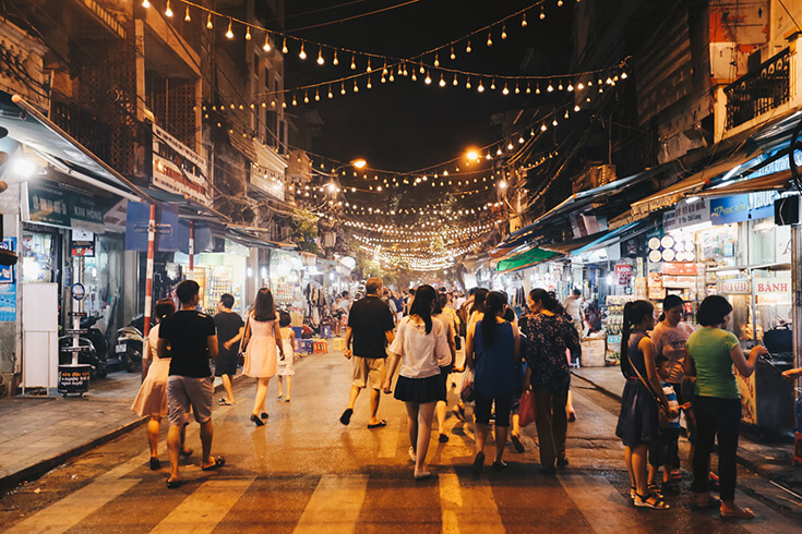 Découvrez le marché nocturne du week-end de Hanoi
