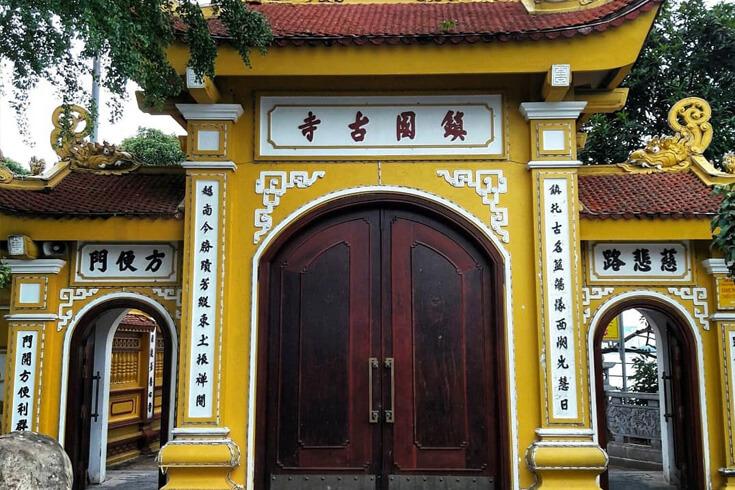 La porte de la pagode Tran Quoc