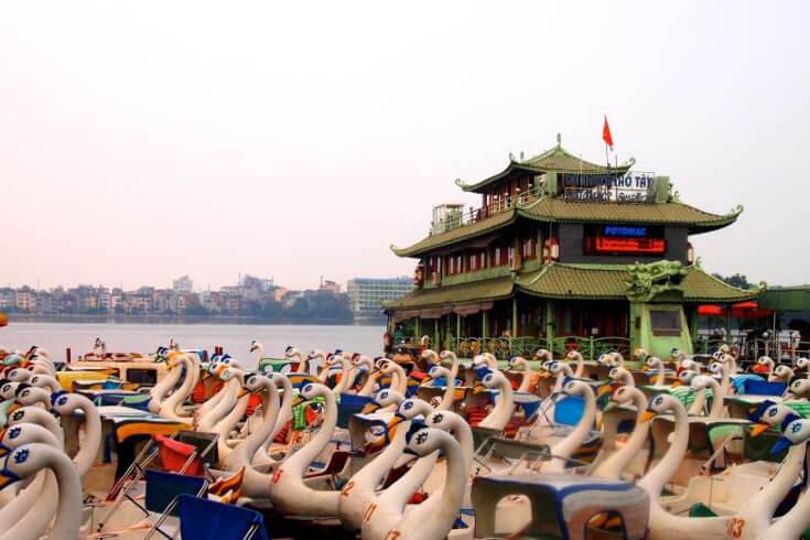 Pédalo de cygne au lac de l'Ouest Hanoi