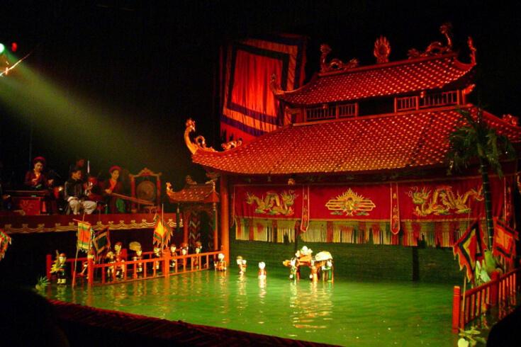 Regarder un spectacle de marionnettes d'eau au théâtre de marionnettes d'eau de Thang Long