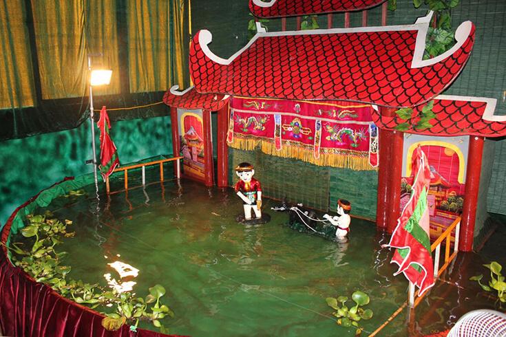 Regarder un spectacle de théâtre de marionnettes d'eau