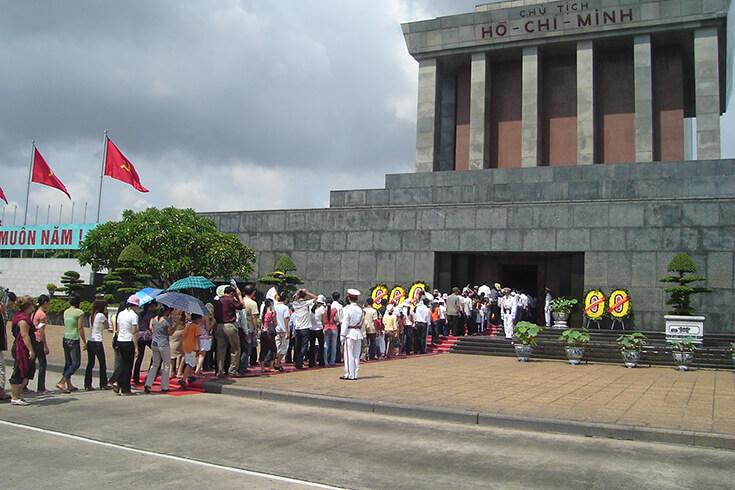 Visiter le mausolée de Ho Chi Minh