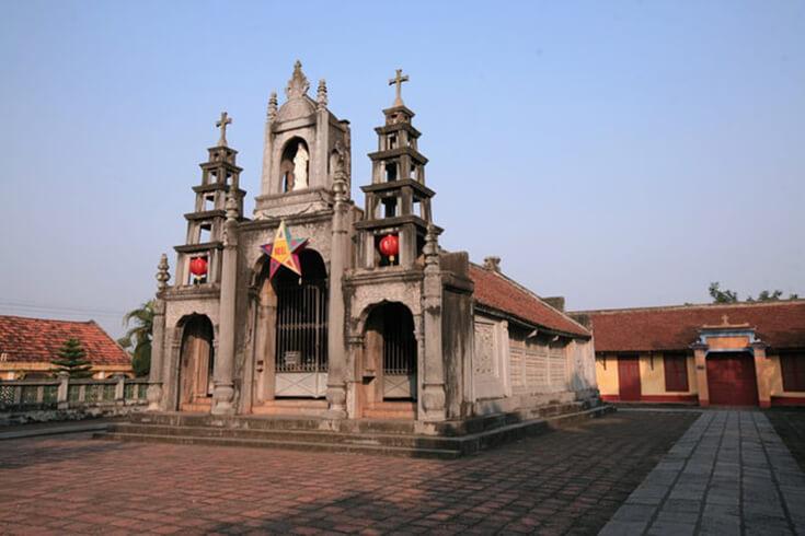 Cinq entrées de pierre de neuf mètres de haut de la cathédrale de Phat Diem
