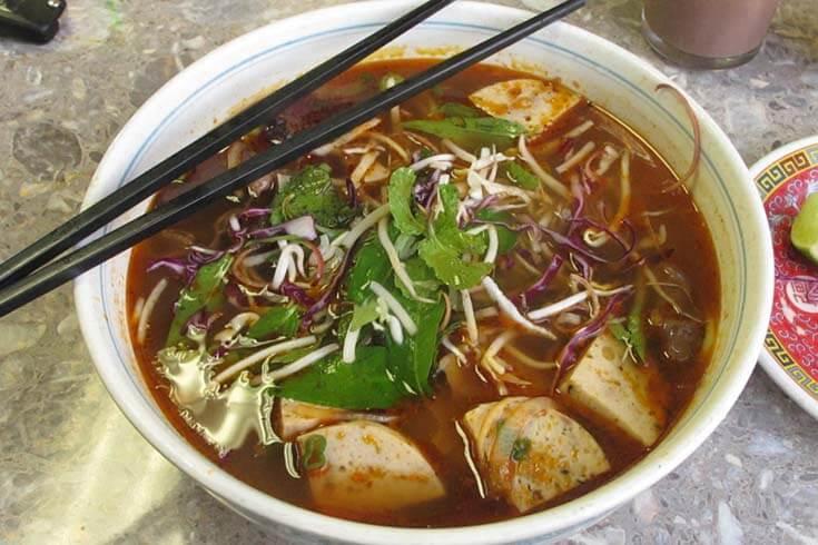 Comment manger le plat de Bun Bo Hue de la bonne façon