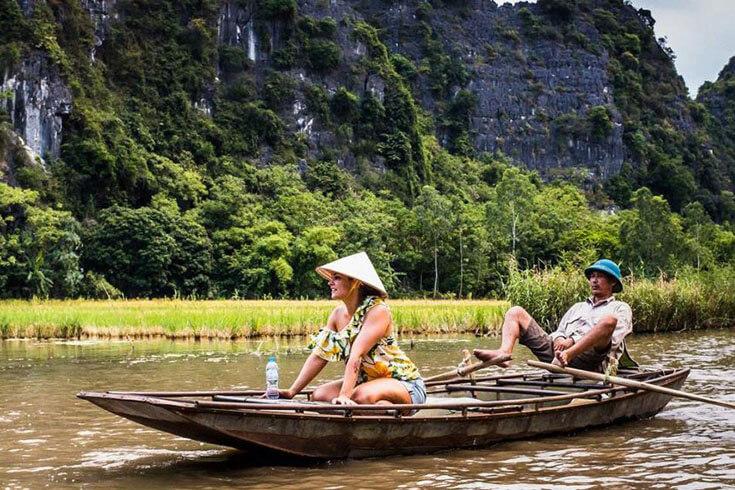 Faire une promenade en bateau pour visiter les grottes de Tam Coc