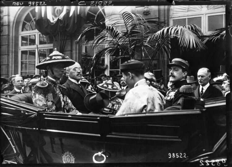 Khai Dinh (homme au chapeau conique bien décoré) à Marseille 1922