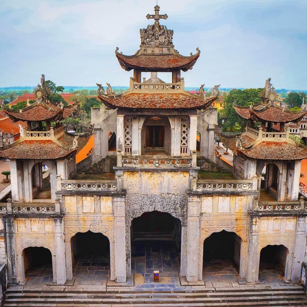 La deuxième étage de la cathédrale de Phat Diem
