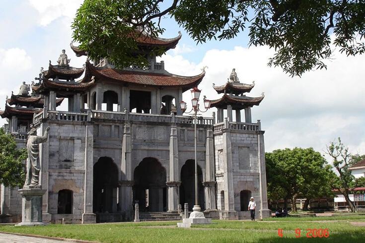 Porte de la cathédrale de Phat Diem