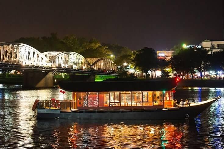 Promenande en bateau sur la rivière huong