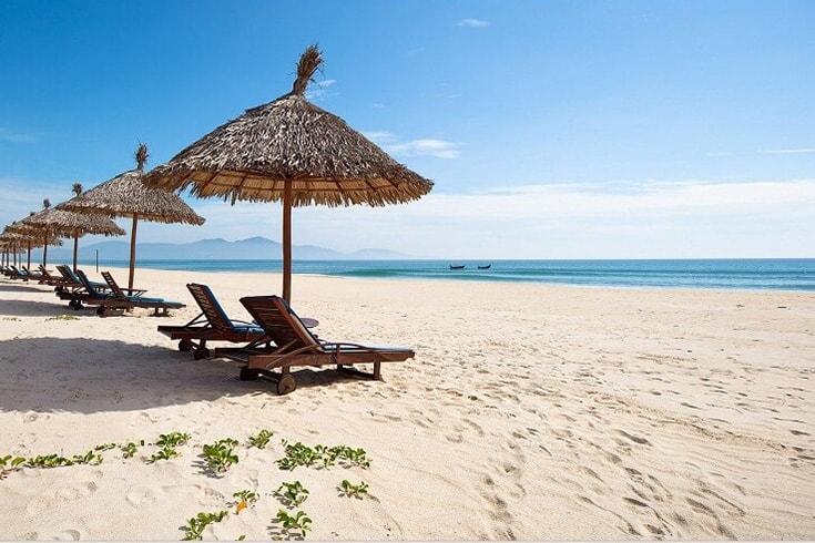 Bain de soleil et baignade à plage d'An Bang