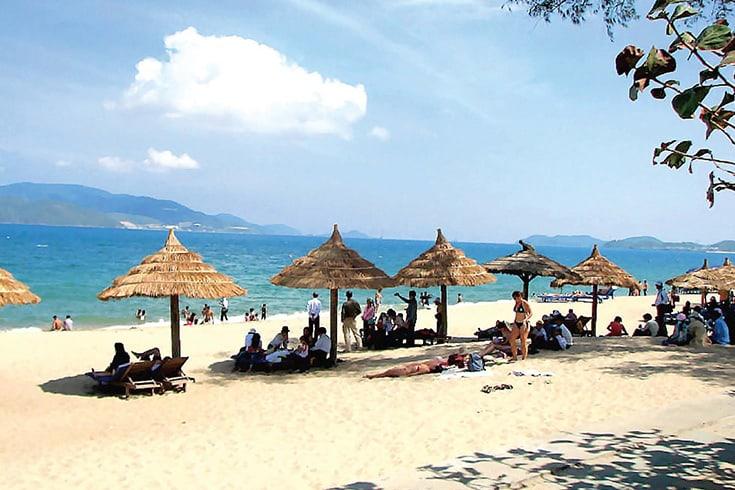 Bain de soleil sur la plage de My Khe