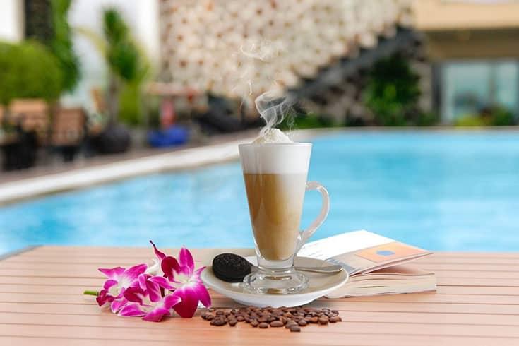 Boire du café sucré à la noix de coco