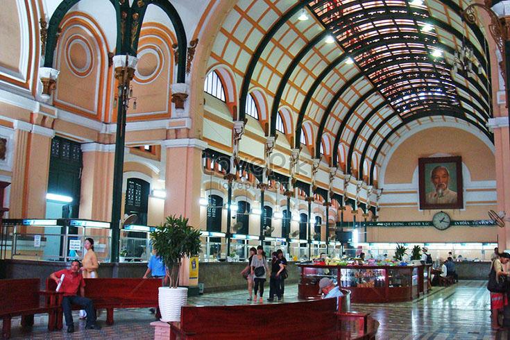 Les services de la poste centrale de Saïgon