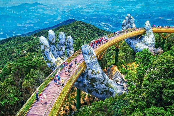 Marcher le long du pont d'or ( Golden bridge)