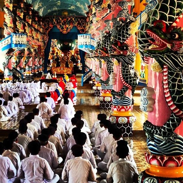 Regarder les caodaïstes prier est l'un des principaux points forts dans le temple Cao Dai