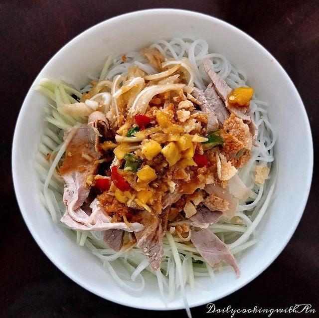 Salade de nouilles au porc et sauce aux anchois (Bun mam)